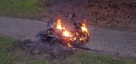 Scooter brandt als een fakkel in park Meppel