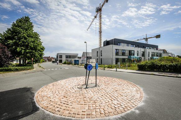 Het nieuwe rondpunt in de Ettelgemsestraat kan je moeilijk missen, al slaagde een bestuurder er wel in een verkeersbord te raken. Het scheve bordje werd intussen weer rechtgezet.