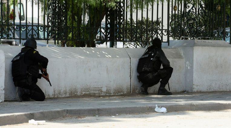 Politie kruipt langs omheining van het parlement van Tunesië Beeld reuters