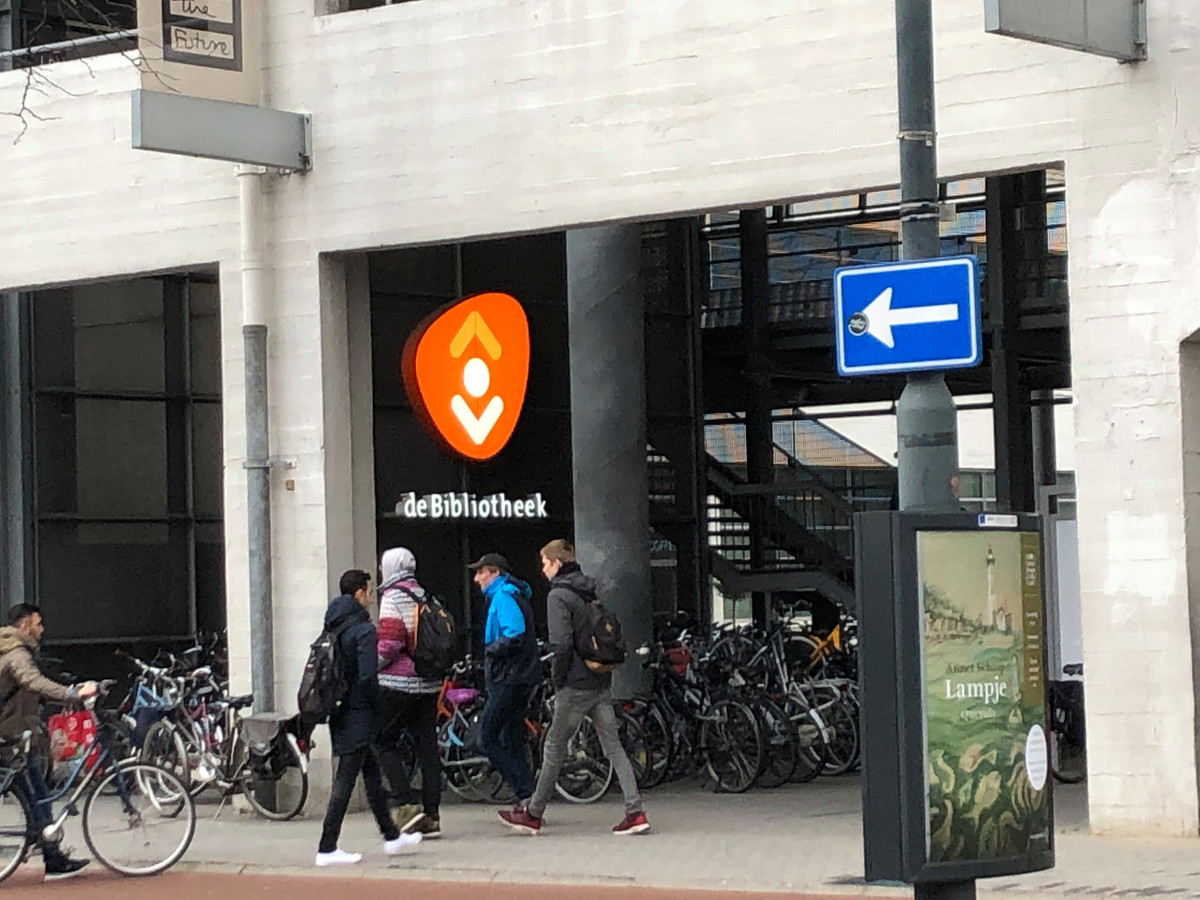 De bibliotheek in de Witte Dame aan de Emmasingel in Eindhoven.