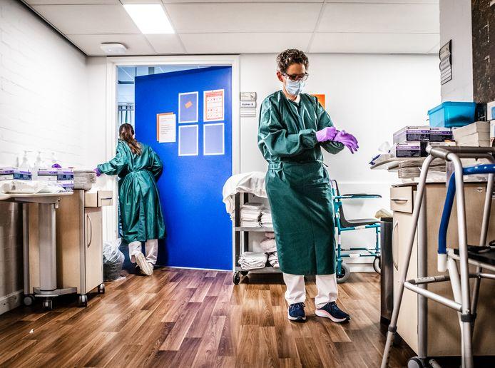Corona afdeling Albert Schweitzer ziekenhuis in Dordrecht en de lege spoedeisende hulp van het Albert Schweitzer ziekenhuis.