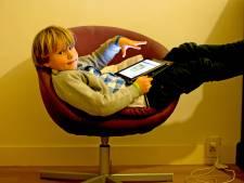 Oogfonds en lenzenfabrikant slaan alarm: kinderen zien steeds slechter door turen naar schermen