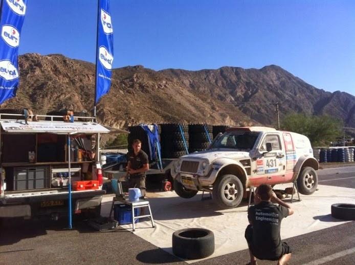 De rallywagen van de HAN in het bivak in de Argentijnse woestijn.