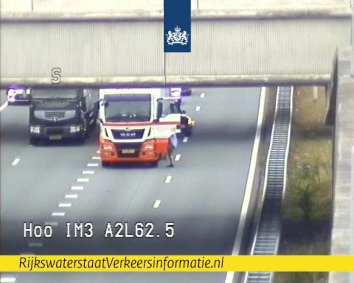 De chauffeur stopte op de snelweg om een ladder van de weg te halen. Levensgevaarlijk, benadrukt Rijkswaterstaat bij de foto.