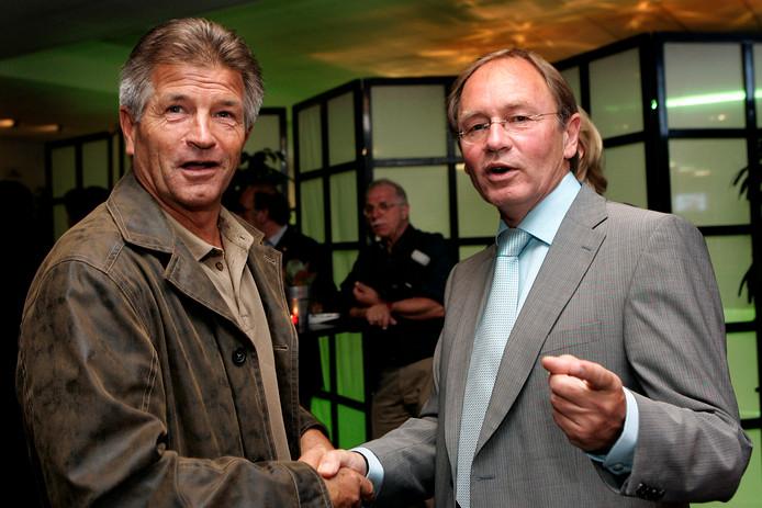 Jan Peters (links) schudt Leen Looijen de hand op de afscheidsreceptie van Looijen bij NEC in 2007.
