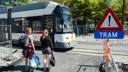 """Omleiding stuurt fietsers over drukke trambaan: """"Slecht aangeduid en levensgevaarlijk"""""""