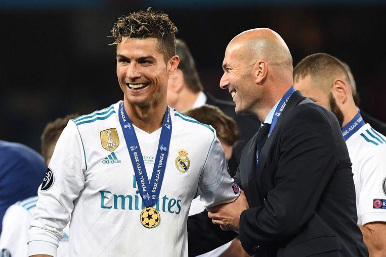 Cristiano Ronaldo met Zinedine Zidane nadat ze samen hun derde Champions League op rij wonnen.