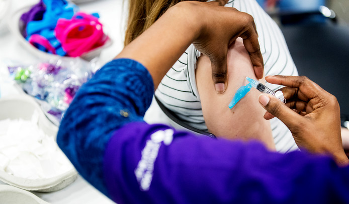 Een meisje wordt gevaccineerd tegen het virus dat baarmoederhalskanker kan veroorzaken.