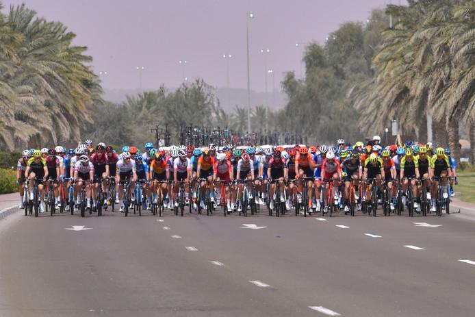 Het peloton tijdens de UAE Tour.