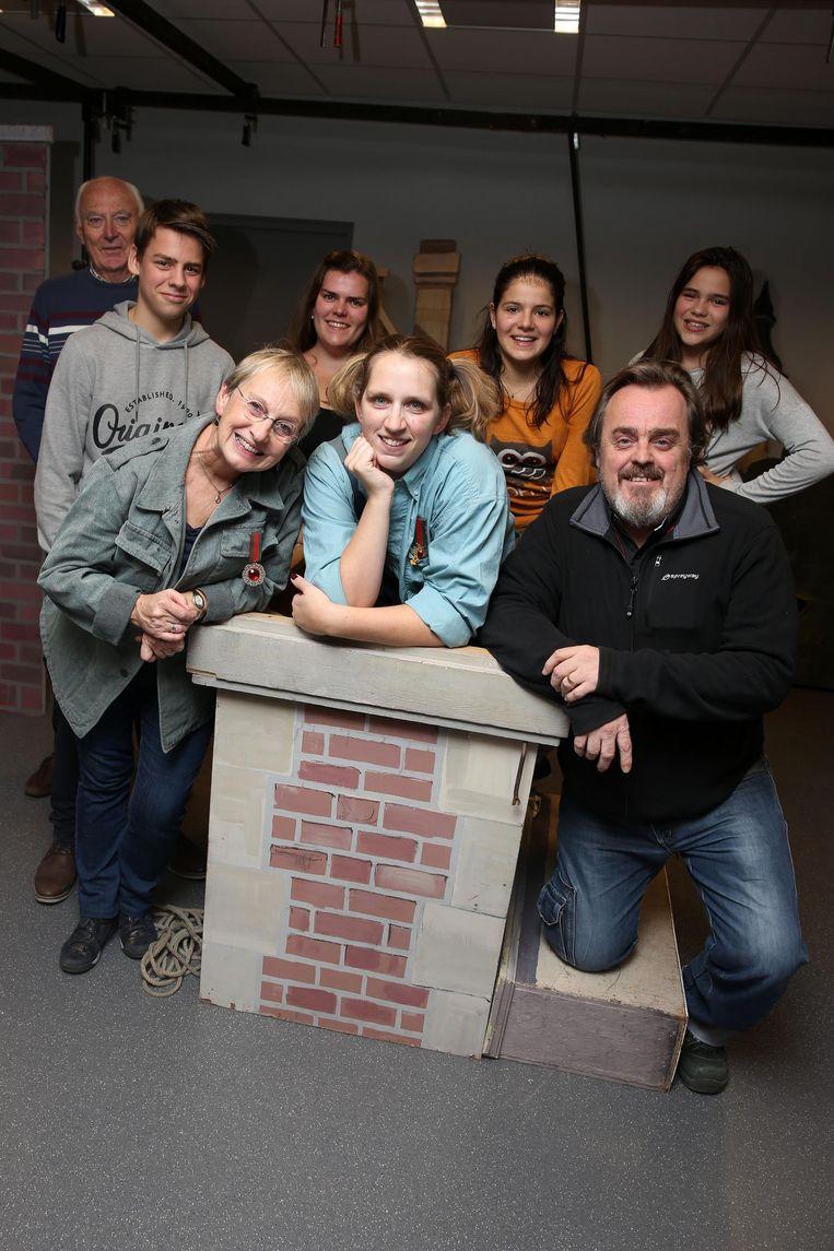 De acteurs en actrices van Het Kinderuur tijdens één van de repetities.