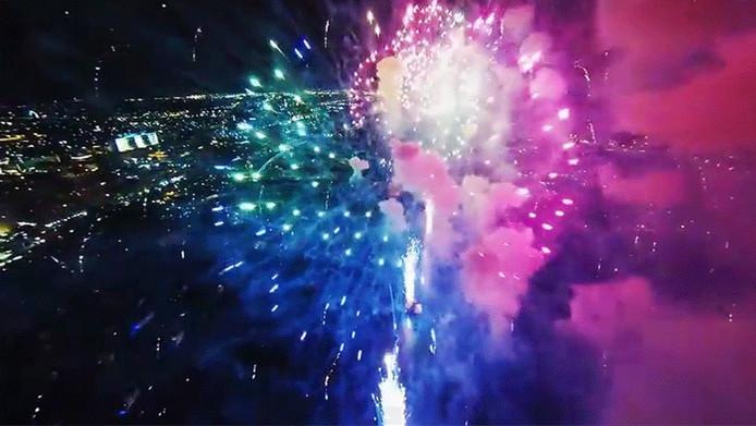 Videomaker Jos Stiglingh filmde met zijn drone de vuurwerkshow boven West Palm Beach in Florida.