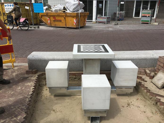 Een van de schaaktafels, die zijn geplaatst in het centrum van Doetinchem.