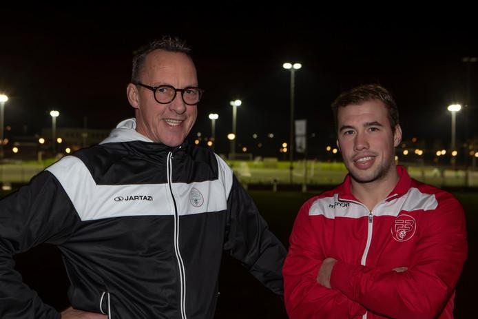 Coach van FC Bergen René van Nijnatten (l) en aanvoerder Marco de Vos.