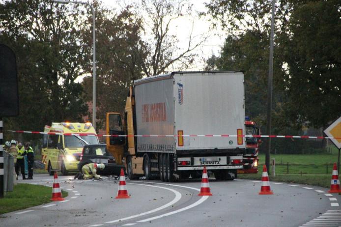 Een auto belandde op de verkeerde weghelft van de N35 en botste frontaal op een vrachtwagen.
