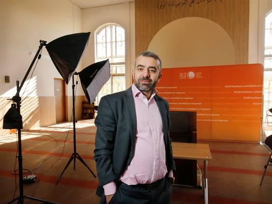 Abdelkader El Yandouzi in het Islamitisch Cultureel Centrum Leidsche Rijn. Debatten en lessen worden opgenomen, het vrijdagmiddaggebed komt daar niet voor in aanmerking.