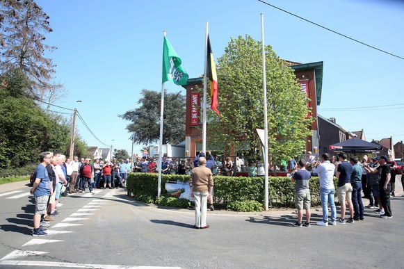 Aan café De Passant in Lembeek werd vrijdagnamiddag de Belgische vlag gehesen. Zo wordt officieus het startschot gegeven voor de paasfeesten in de Halse deelgemeente die tot woensdagochtend zullen duren.