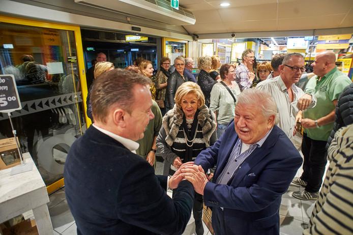 Jumbo-uitbater Roland de Laak ontmoet zijn vroegere baas Henk Verhagen in de winkel waar vroeger Weltevreden was gevestigd.