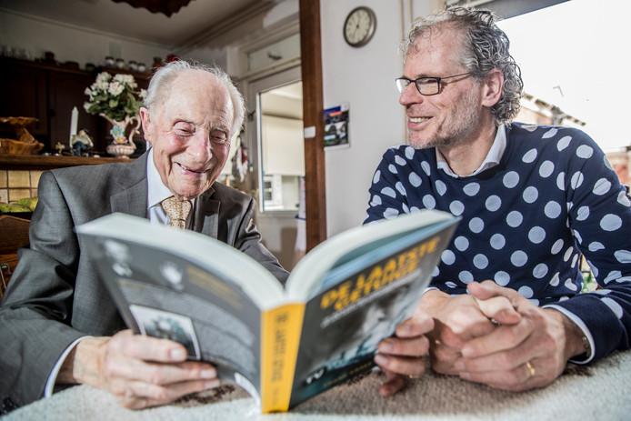 Wim Aloserij (94), de inmiddels overleden oud-gevangene van Neuengamme, vertelt in het boek 'De laatste getuige' van Frank Krake (rechts) hoe het gehate lied werd gespeeld terwijl hij moest toekijken hoe twee Russische gevangenen werden opgehangen.