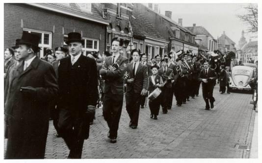 Ton in gezwinde pas naast de harmonie tijdens de sinterklaasintocht van 1961 in Princenhage.