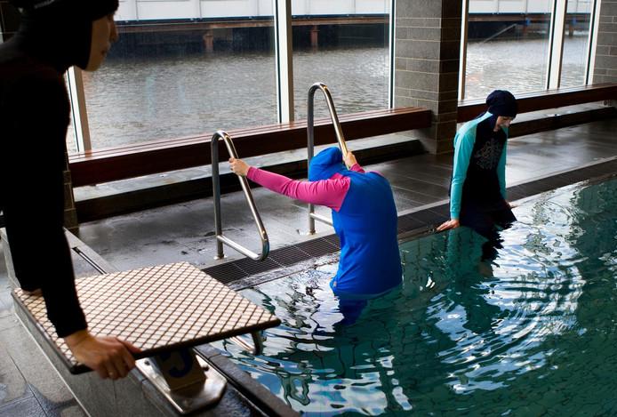 Dames met boerkini in het zwembad.
