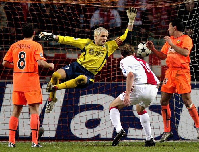 Petri Pasanen kopt de gelijkmaker achter doelman Santiago Cañizares tijdens de tweede groepsfase van de Champions League in het seizoen 2002/03.