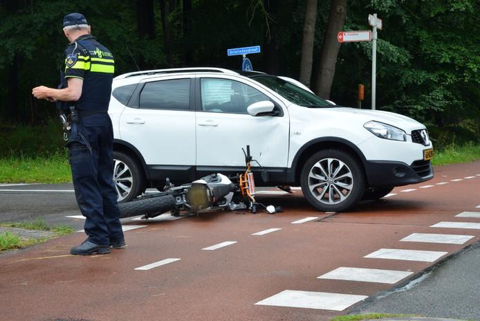 Brommer geschept door auto (foto: Perry Roovers / MaRicMedia)