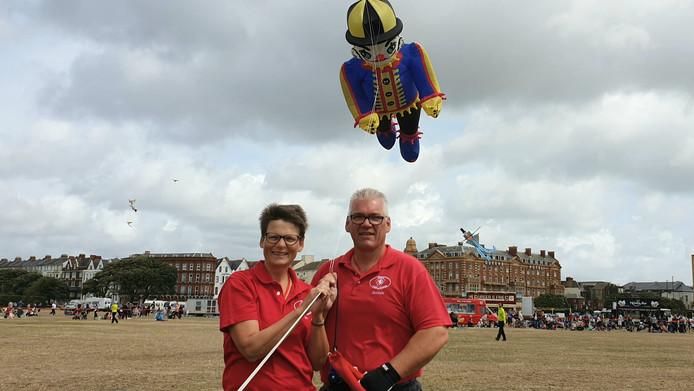 Herman en Ina Plattje uit Westerhaar winnen in Portsmouth de prijs voor de mooiste collectie vliegers.