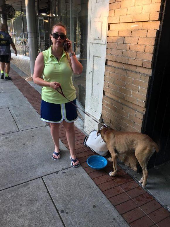 In Columbus ontmoette de man Andrea Shaw die zich meteen wilde ontfermen over de hond.
