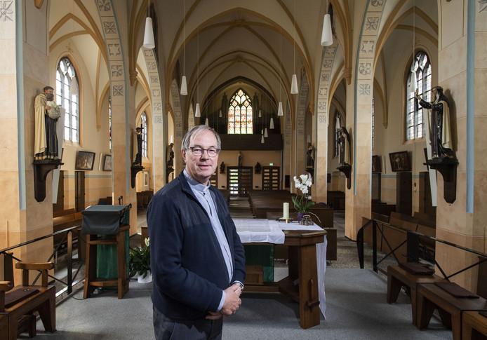 Pater karmeliet Ton van der Gulik wordt zondag in de kerk van Zenderen geïnstalleerd.