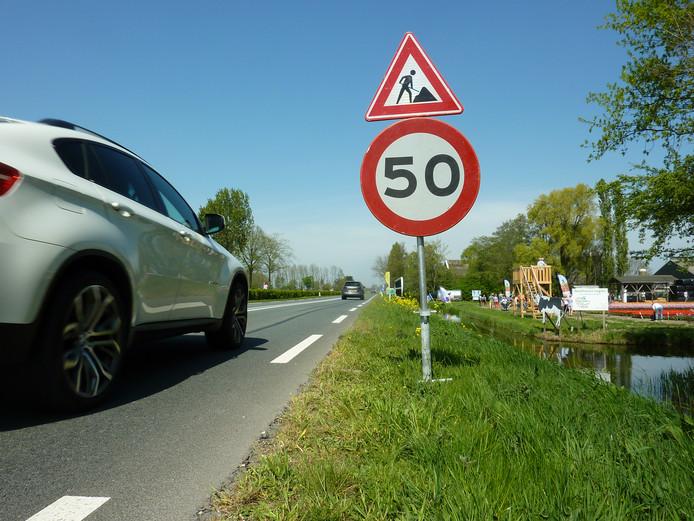 Een 50-kilometerbord bij de tulpenvelden aan de Nieuwveenseweg in Zevenhoven.