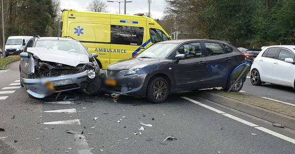 Ravage na frontale botsing tussen twee auto's in Enschede.