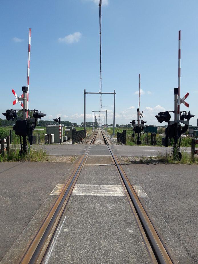 Nieuwe portalen voor de bovenleiding van het Kamperlijntje. Het is de bedoeling dat de trein vanaf december op station Zwolle Stadshagen gaat stoppen. Hier stond eerst een enkele mast die de bovenleiding op zijn plek hield. Deze is vervangen door een volledig portaal over het spoor.