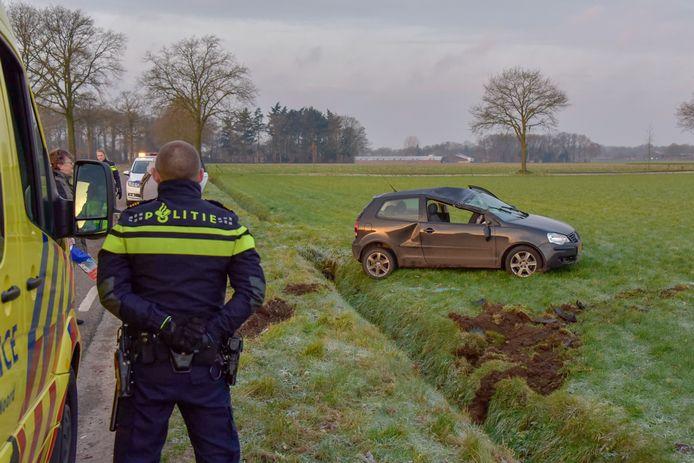 De auto landde op de vier wielen aan de overkant van de sloot.