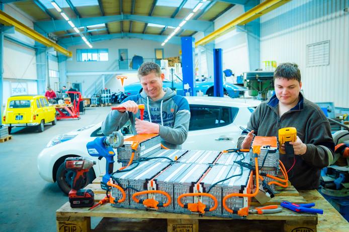 Sjaak (links) en Emile bouwen nieuwe batterijen die ervoor zorgen dat oude elektrische auto's verder kunnen rijden. ,,Voorlopig doen we wat we leuk vinden: auto's duurzamer maken.''