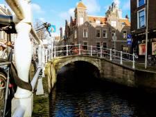 Op de Touwbrug in Delft is het opletten geblazen