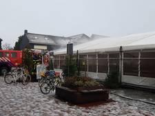 Brandweer verwijdert sneeuw van dak ijsbaan Hoogerheide