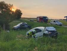 Twee auto's in sloot na botsing in Werkendam