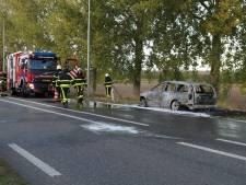 Auto uitgebrand bij Wijk en Aalburg, file op N267 vanaf Drunen