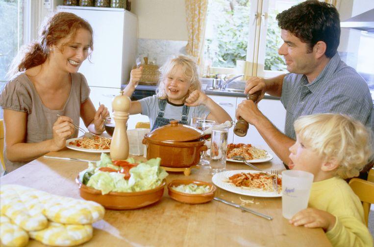 Met het hele gezin tafelen versterkt de band met de kinderen.