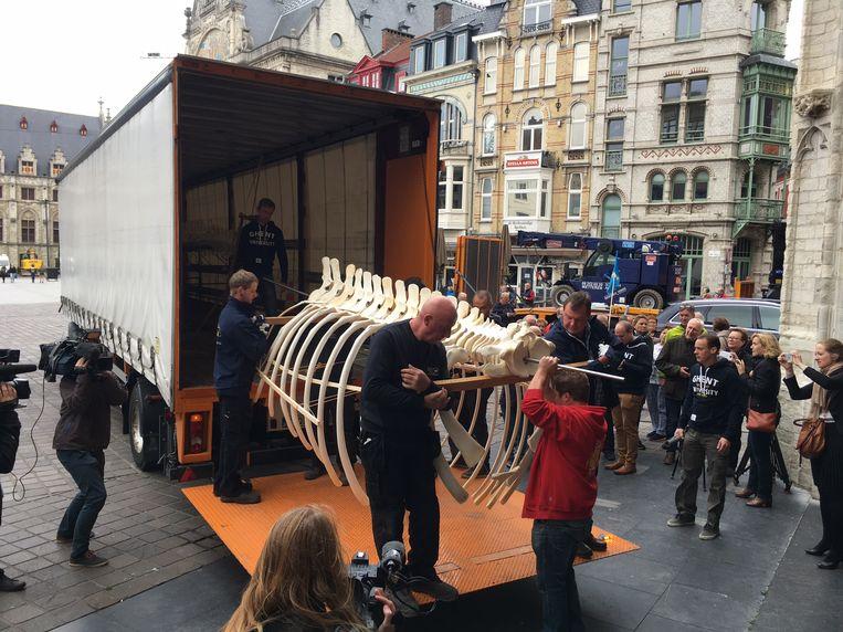 Medewerkers van UGent halen het skelet uit een vrachtwagen en dragen het de kerk binnen.