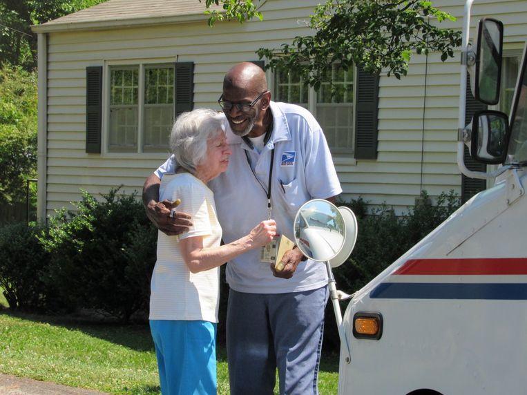 De bewoners van de wijk Mariette in Atlanta, wilden de laatste werkdag van postbode Floyd Martin niet onopgemerkt laten voorbijgaan.