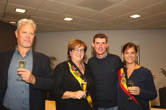 Schepen van Sport Ulrich Anthonis (l.) heft samen met Schepen Martine Taelman en burgemeester Marianne Verhaert het glas op de sterke prestaties van Grobbendonks topruiter Jos Verlooy
