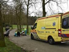 Man gewond naar ziekenhuis na val door hond