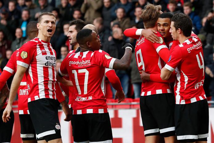 Daniel Schwaab, geheel rechts, viert met PSV een goal van Luuk de Jong tegen Fortuna Sittard.