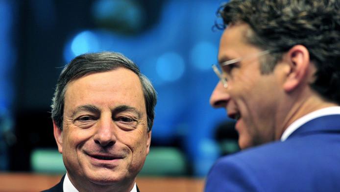 Minister Dijsselbloem gisteren in gesprek met ECB-president Mario Draghi.