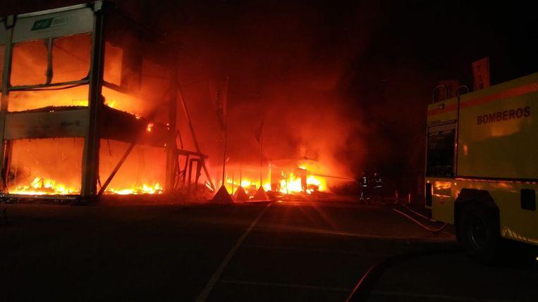 In de nacht van woensdag op donderdag brak brand uit in de speciale paddock.