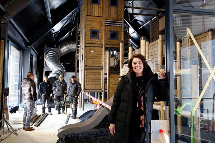 Het nieuwe centrumgebouw van camping Zonneweelde in Nieuwvliet krijgt al vorm. Eigenaresse Maaike Basting laat alvast de indoorspeeltuin zien, het op maat gemaakte speeltoestel staat er al.