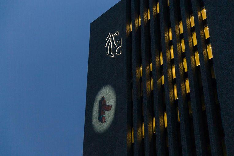 Een gorilla klautert de komende weken langs het Virginie Lovelinggebouw van de Vlaamse Overheid naar boven.