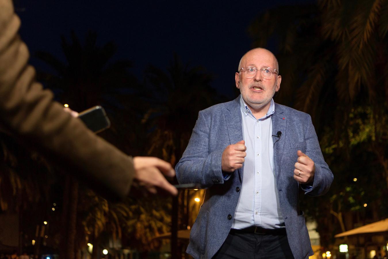 Frans Timmermans staat de pers te woord na een verkiezingsbijeenkomst donderdagavond in Barcelona. Spanje gaat zondag naar de stembus voor de Europese verkiezingen.