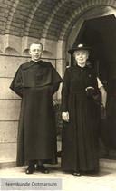 Pater Velthuis met zijn moeder